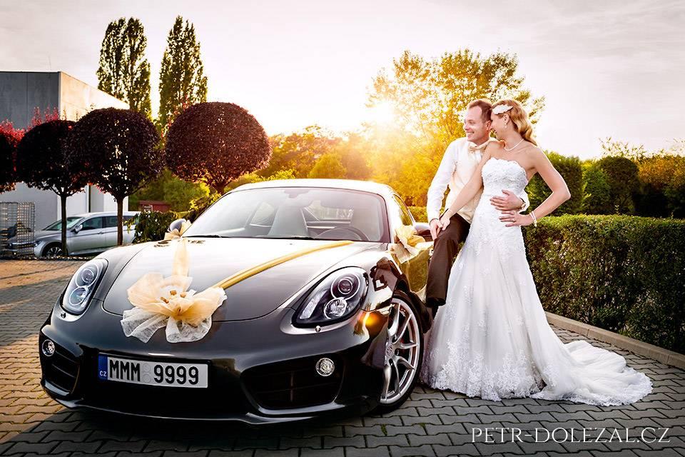 Svatební fotka - ženichové se často fotí s auty