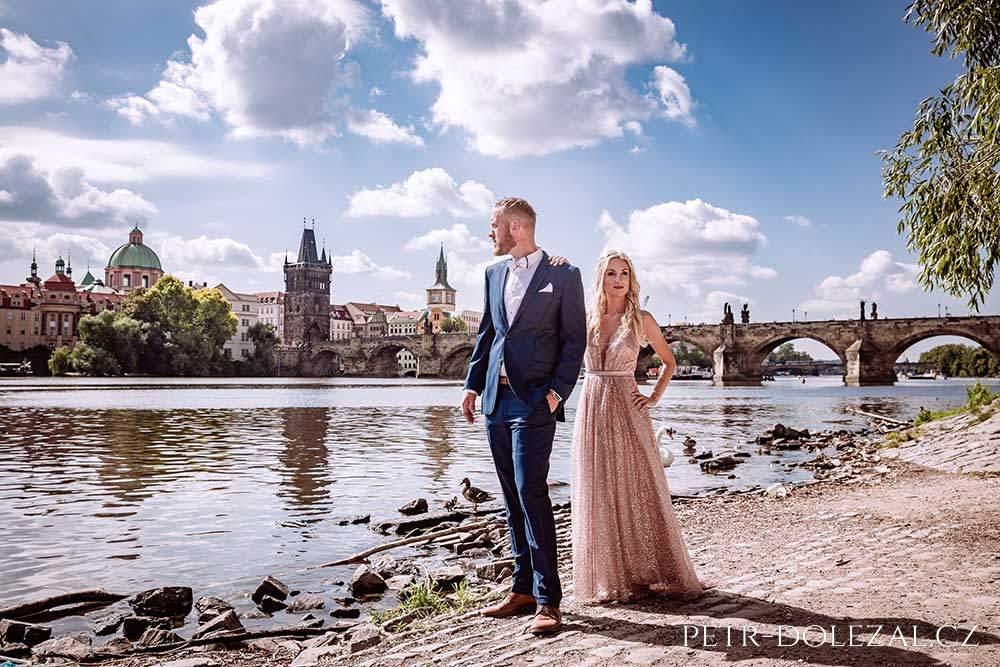 Svatební fotografie Praha - v pozadí Karlův most