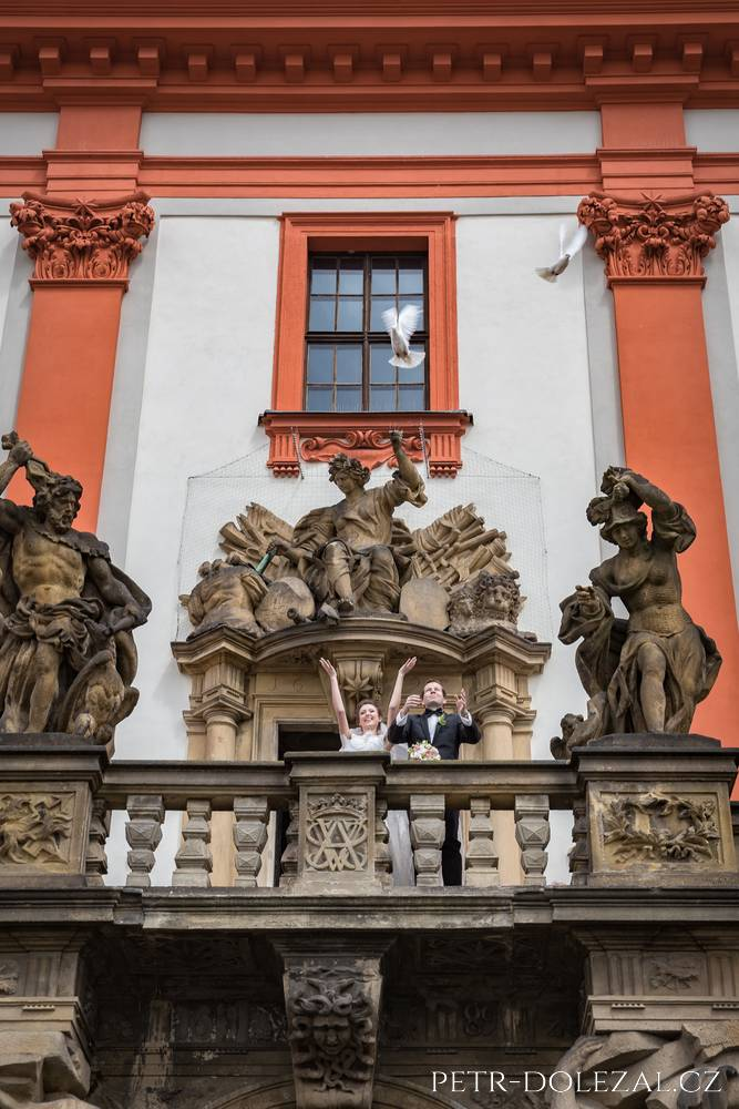 Vypouštění holubic po svatebním obřadu na zámku Troja