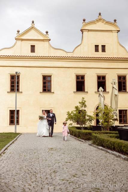 Příchod nevěsty od Vily Kajetánka k venkovnímu svatebnímu obřadu