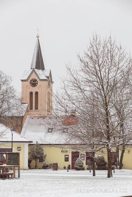 Chvalský zámek s věží kostela sv. Ludmily