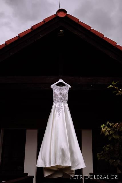 Svatební šaty pověšené na domku Green Valley