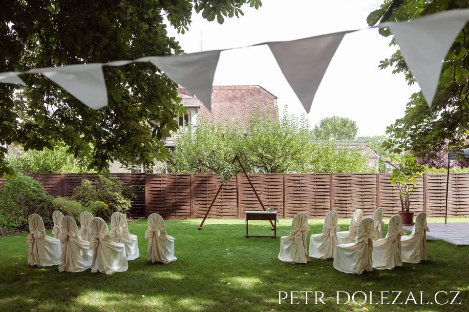 Hotel Svornost - svatební obřad na zahradě