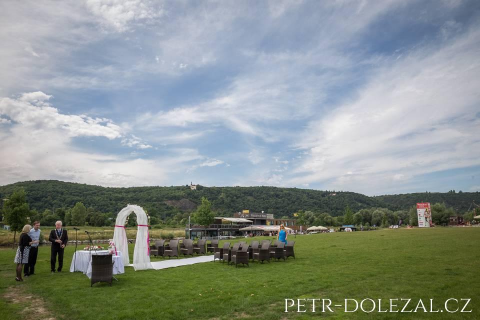 Před restaurací Rosmarina se chystá venkovní svatební obřad