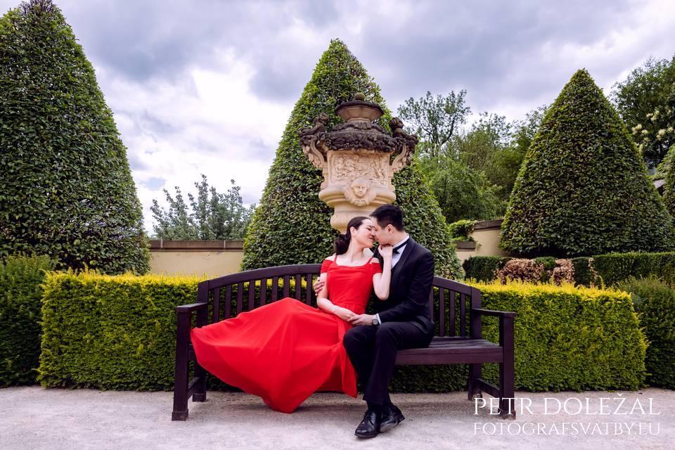 Fotografování na lavičce ve Vrtbovské zahradě