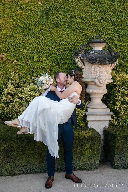 Vrtbovská zahrada s novomanželi
