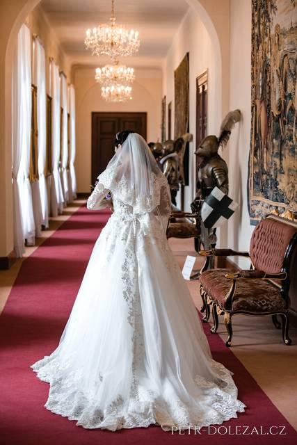 Svatební fotografování v interiérech zámku Zbiroh
