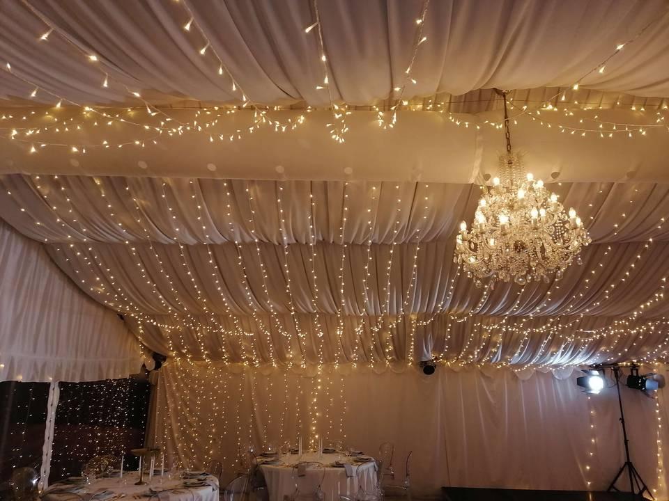 Světýlka ve stanu - připravená na svatbu